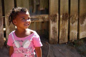 Kleines Mädchen aus dem Township von Knysna