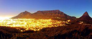 Kapstadt und Tafelberg bei Nacht